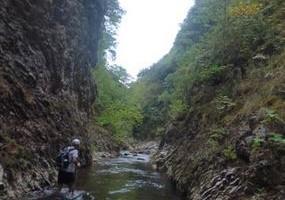 Το φαράγγι του Αγιατριαδίτικου ποταμιού και το πέρασμα των Στενών