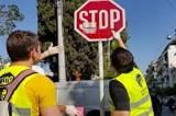 Μαθητές καθαρίζουν πινακίδες στις Σέρρες