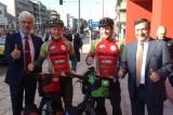Δύο ποδηλάτες «ενώνουν» την Αθήνα με το Κάσελ