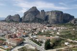 """"""" Παιχνιδότοπο"""" για μεγάλους θέλει τους Βράχους των Μετεώρων η κυβέρνηση αντί για θρησκευτικό τουρισμό"""