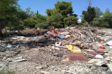 Φωτιά στο πρώην νεκροταφείο της Ανάληψης της Νίκαιας που έχει μετατραπεί σ΄ εναπόθεση μπαζών και ξερών κλαδιών